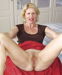 Mature slut showing of her body on her bed